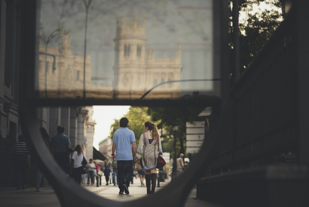 novios paseando por Madrid