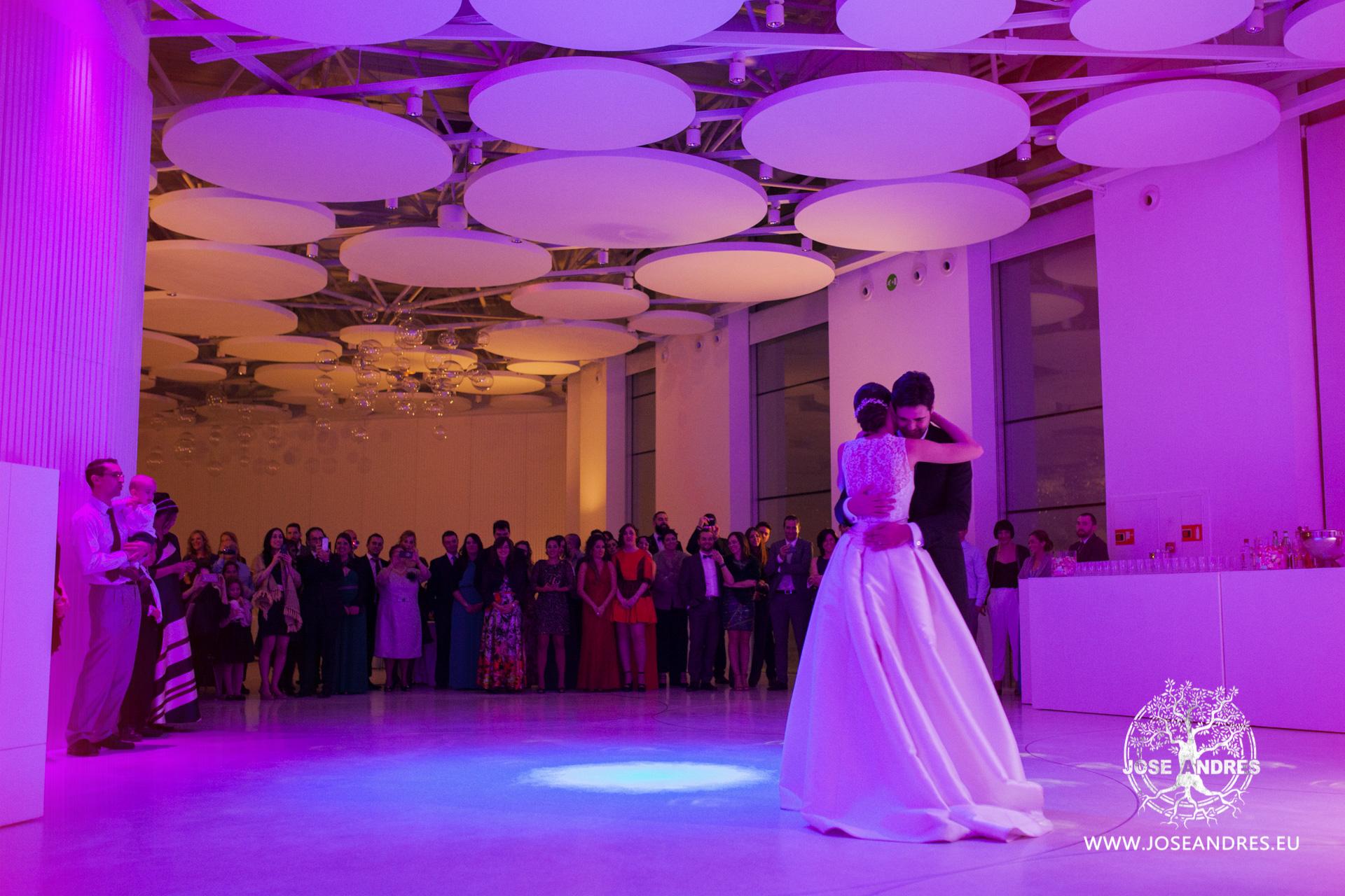 Novios bailando baile nupcial vals en Boda en Myrtus Valencia
