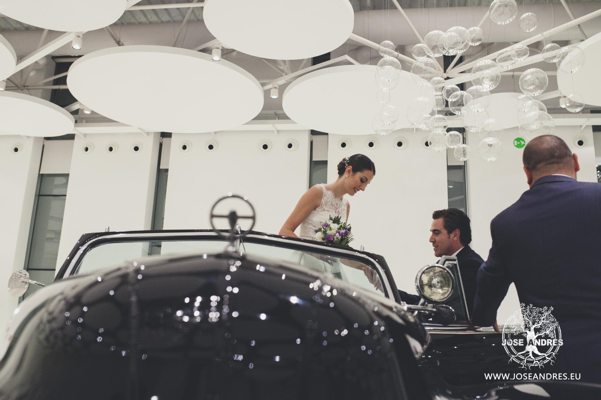 Llegada de la novia a la boda en coche de epoca vestido de pronovias, boda en Myrtus Valencia