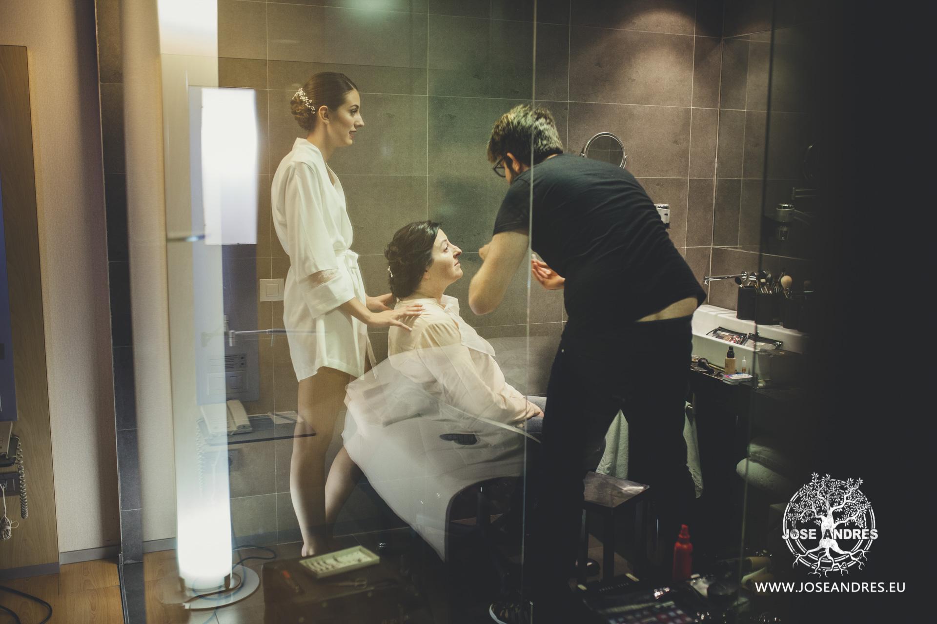 maquillando a la Novia vistiéndose con amigas para la boda, en hotel Barceló de Valencia