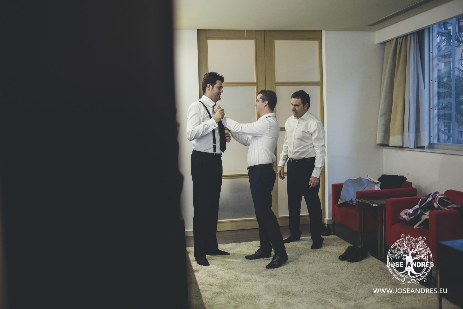 Novio vistiéndose con amigos para la boda, em hotel Puerta de Valencia