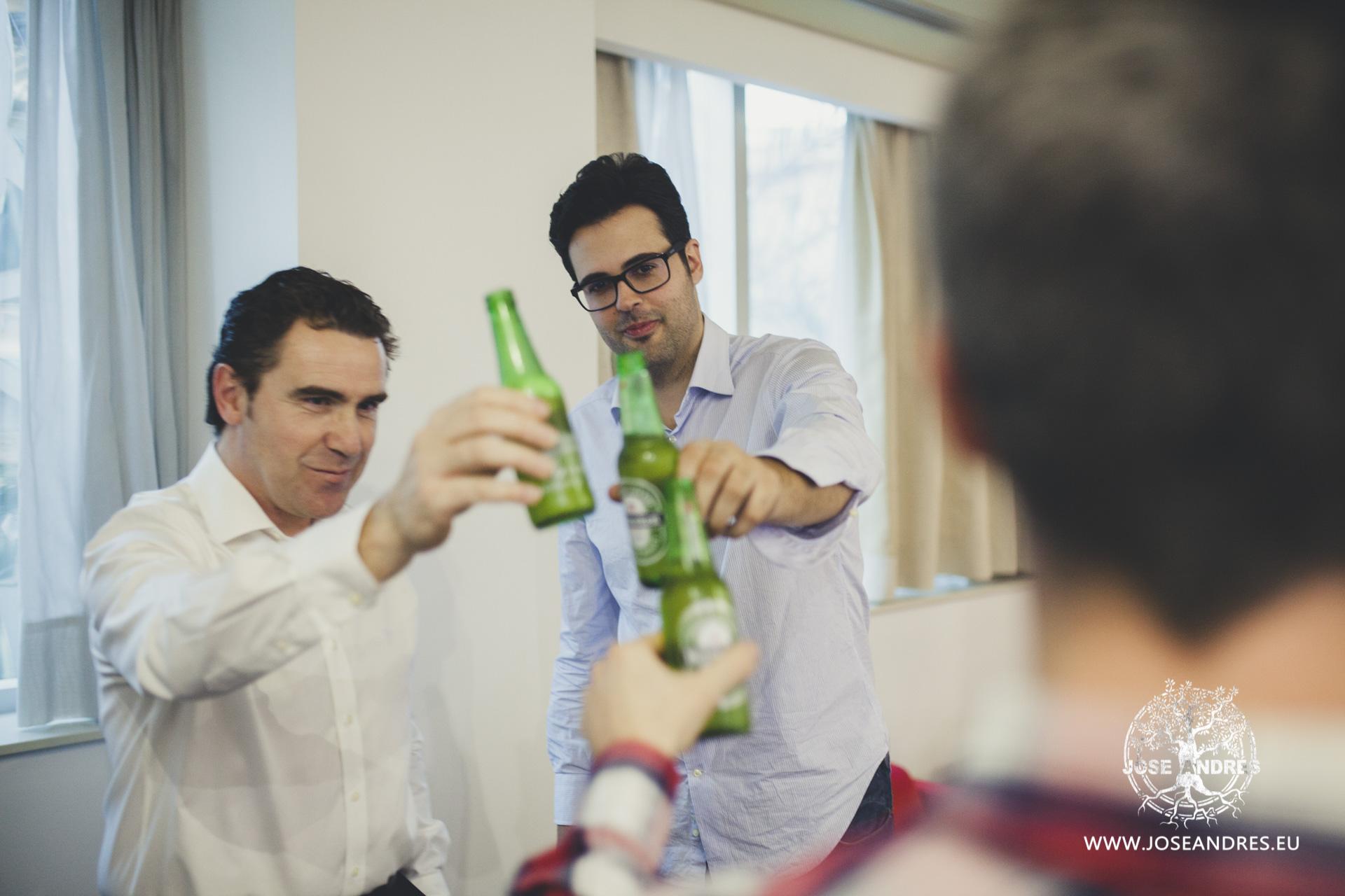 gente brindando con heineken en boda