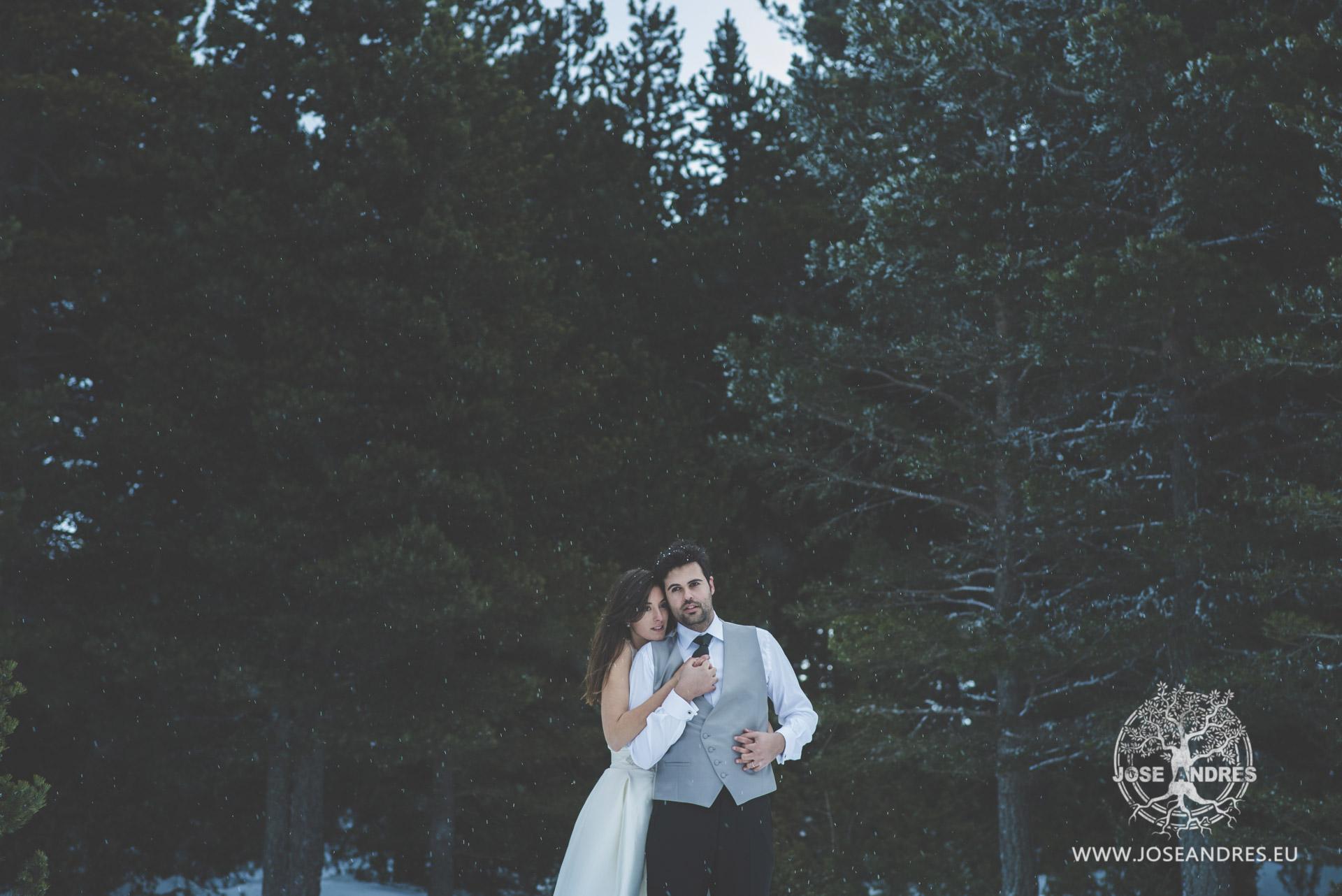 Retrato novios en la nieve jugando, boda diferente, boda nevando, Postboda en la nieve #NoviasPronovias