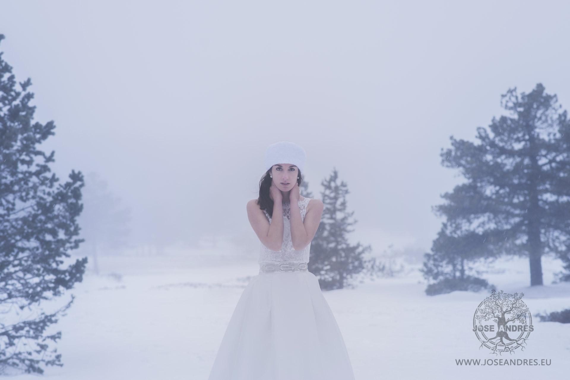 novia en la nieve, boda diferente, boda nevando, Postboda en la nieve #NoviasPronovias